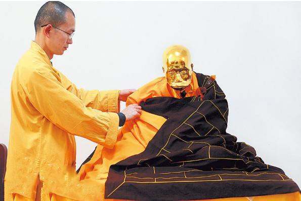 老和尚圓寂坐缸3年不腐,被黃金漆抹,塑成一座金身! - 每日頭條