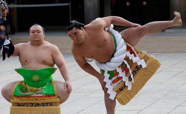 日本新年相撲表演 選手霸氣外露 - 每日頭條