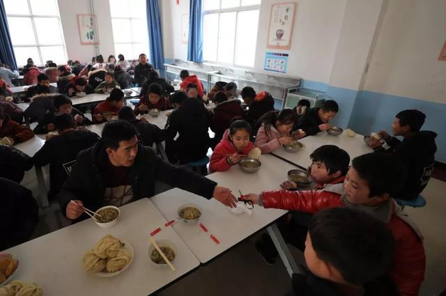 學校負責人要與學生共同用餐!三部門發文嚴把學生舌尖安全 - 每日頭條