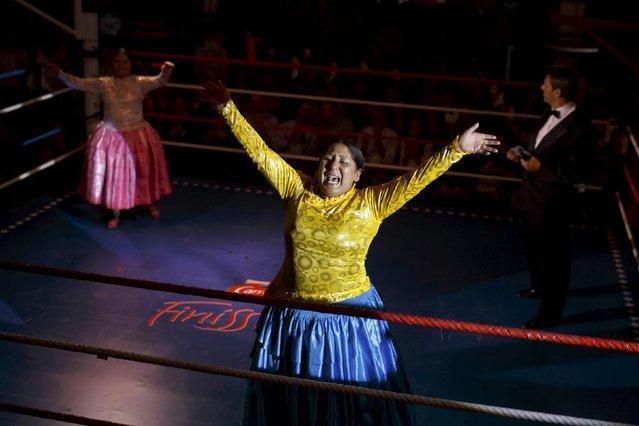來自玻利維亞的特色女子摔跤。選手穿裙子 - 每日頭條