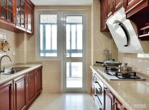 廚房裝修最好別再裝這樣的門了。如今都興這樣裝。看完後悔早裝了! - 每日頭條