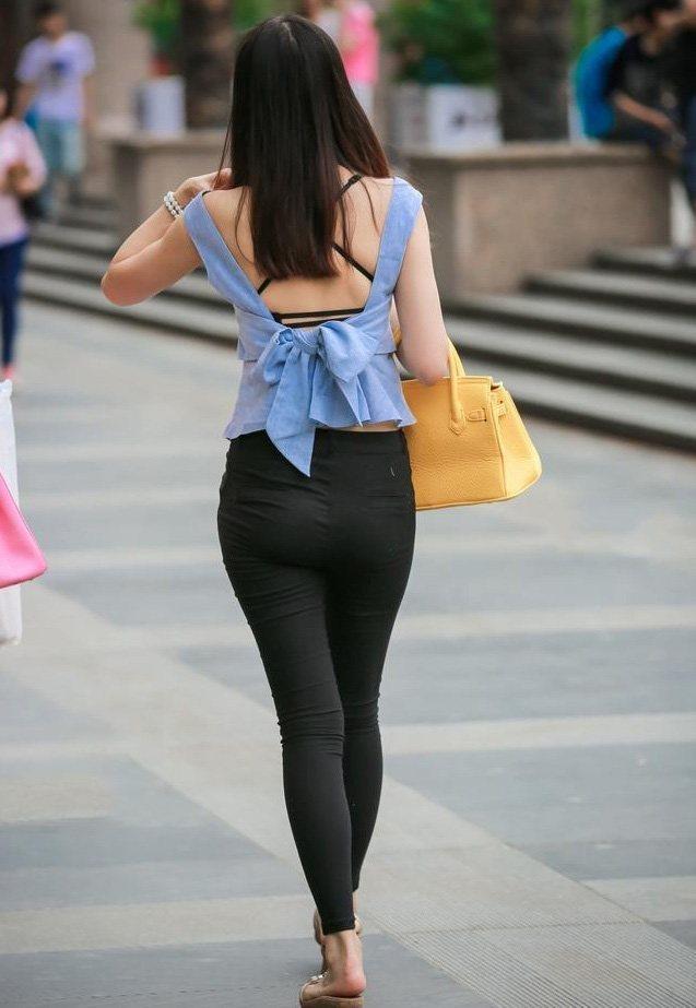 美女大學生們穿緊身褲,時尚大氣又百搭拉長了下半身,展現美麗腿部線條,可以修身遮肉顯瘦,戴上口罩也很好看-趣讀