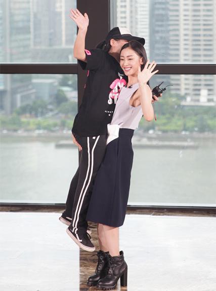 娛樂圈的「泥石流」張天愛,單手抱起女粉絲,男友力MAX! - 每日頭條