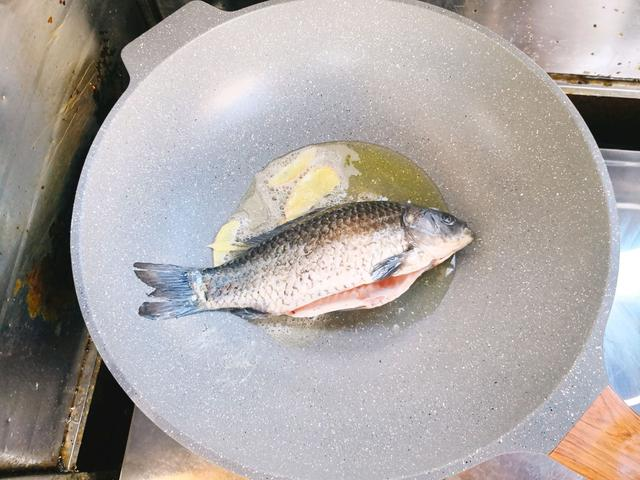 做鯽魚湯時加入它。味道鮮美。不腥還入味。家人都愛喝 - 每日頭條