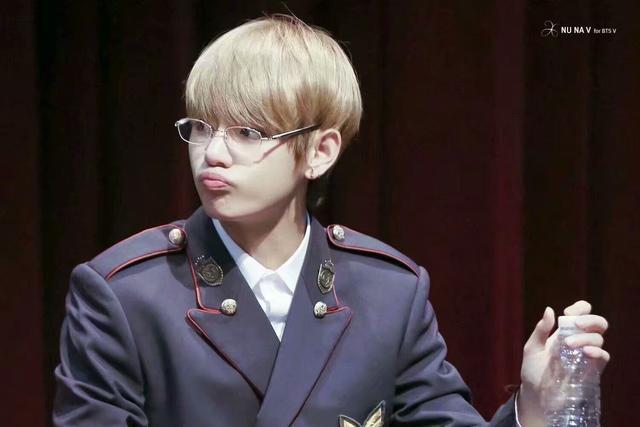 防彈少年團——戴眼鏡系列,金泰亨真的好蘇! - 每日頭條