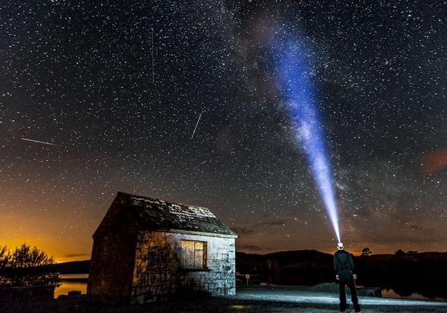 一起來看流星雨。那麼流星雨是怎麼形成的?又是怎麼被發現的呢? - 每日頭條