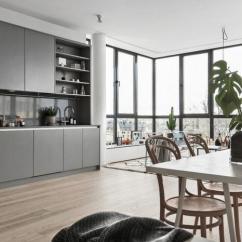 Pella Kitchen Windows Ikea Sink 环绕的玻璃窗带来无尽完美的视觉享受 每日头条 利用开放式的布局 让阳光洒入室内的每一角落 定制的柘匠厨房 柜体占满整个墙面 丰富的储物功能让电器 杂物都被很好的收纳起来 灰色调的柜体带来淡雅的空间氛围
