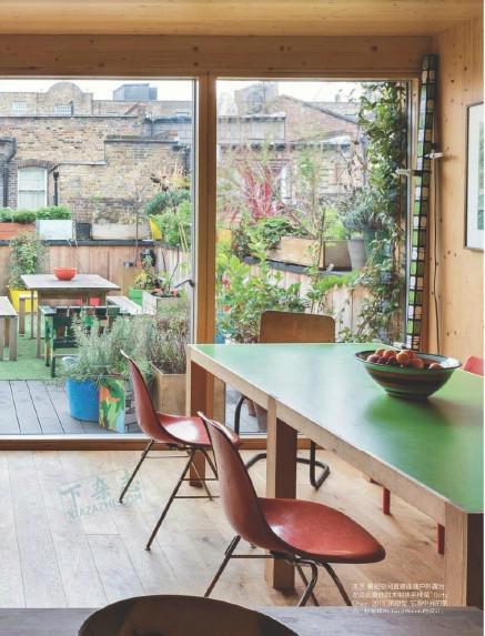 pella kitchen windows the outdoor store tampa 你会疯掉的 看到这英国的木板屋 每日头条 厨房 空间以落地玻璃与露台相连 露台同样延续了室内的多彩风格 并中只有许多芳香植物 在london的好天气里 想象一下 主人端着一杯coffee 坐在椅子上晒太阳的情景