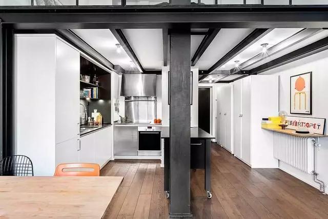 pella kitchen windows anti fatigue mat 61 的老工厂转身变为高冷loft公寓很有特色的小公寓 每日头条 这套小公寓原来是个老工厂 屋主买下它后开始了他的改造计划 简单的黑白配色 搭配冷硬的铁艺 打造出高冷文艺范范儿的loft公寓