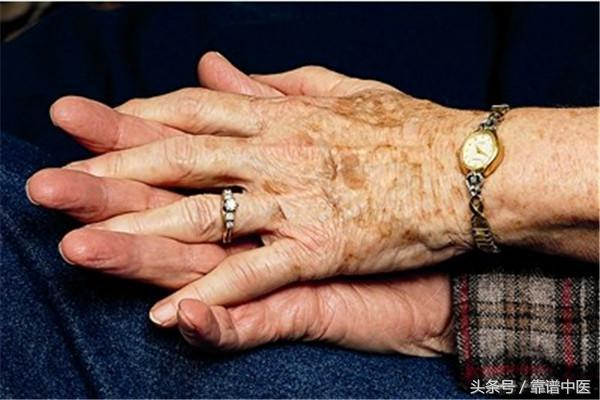 手抖個不停可能是犯了「它們」 如何緩解手抖呢? - 每日頭條