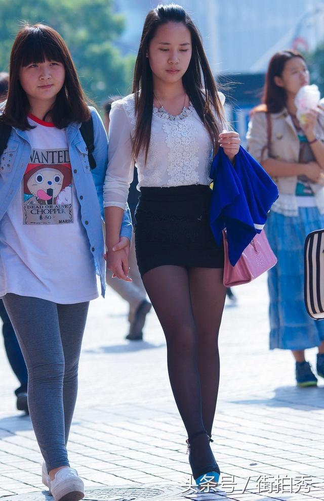 街拍美女:兩個穿職業裝短裙:高跟黑絲襪美女:挺有制服誘惑范兒 - 每日頭條