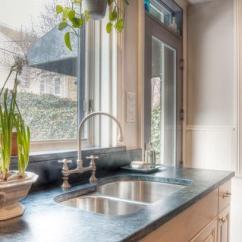 Farmhouse Kitchen Faucet Cheap Ways To Redo Cabinets 如何选购厨房水龙头 每日头条 缺点 您的水槽将限制您的水龙头风格的选择适配