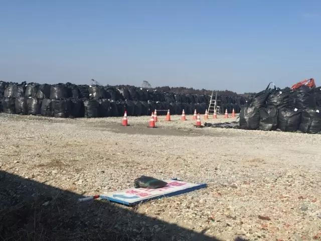 福島非常安全?記者探訪「無人區」:核廢料裝塑料袋露天放。附近居民只敢用桶裝水 - 每日頭條