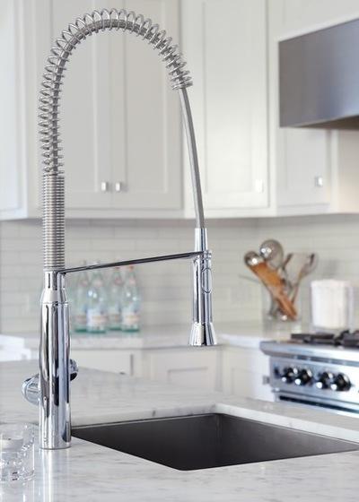 farmhouse kitchen faucet counter 如何选购厨房水龙头 每日头条 上 您需要特别小心 以防冻结 此外 水管工必须取得正确的间距和位置 如果墙壁上有墙钉 那你就需要给它换个位置 以便水龙头 和把手可以安装在您需要的地方