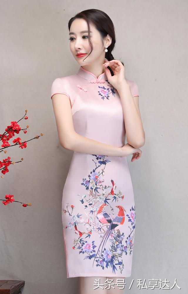 這款粉色短款旗袍裙穿著她迷人嗎? - 每日頭條