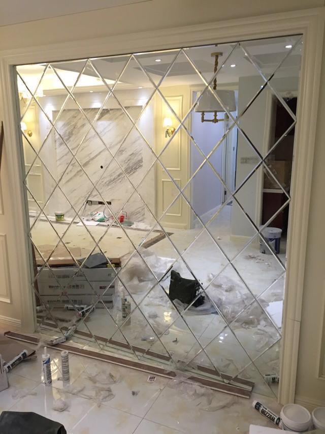我在客廳背景牆裝了一面鏡子。親戚罵我腦子進水。裝完直接打臉 - 每日頭條