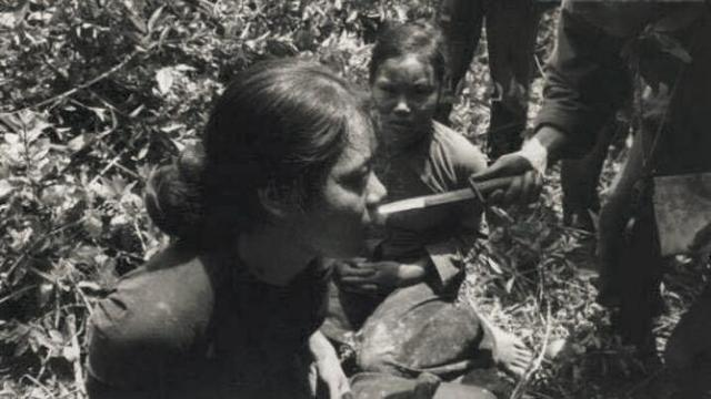 越戰老照片:美軍用匕首拷問,戲弄女俘虜,最後的越軍女兵很漂亮 - 每日頭條