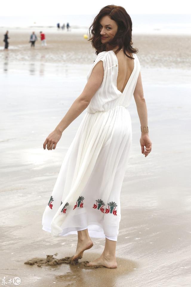 歐嘉·柯瑞蘭寇穿白色連衣裙 在海邊戲水讓人著迷 - 每日頭條