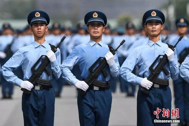 閱兵訓練場上的少將:來的時候142斤。現在128斤 - 每日頭條