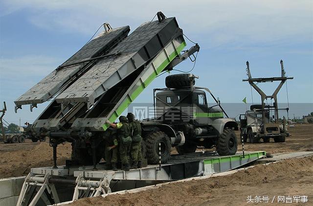 戰鬥民族演練野戰架橋?重型工程裝甲車快速通過如履平地 - 每日頭條
