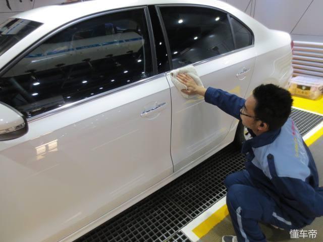 新車多久打一次蠟?教你一個打蠟小竅門。讓車身光潔鋥亮不粘灰 - 每日頭條