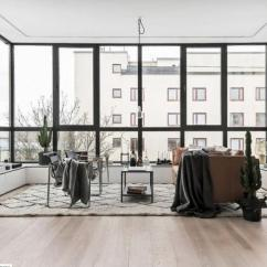 Pella Kitchen Windows Outdoor Design 环绕的玻璃窗带来无尽完美的视觉享受 每日头条 这栋公寓位于一栋建筑的高层 在设计师的重新改造下 优越的地理位置被完全的得到体现 将原先宽敞的阳台改为客厅 三面环绕的玻璃窗带来无尽完美的视觉享受 光线与