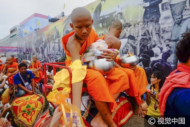 泰國舉行蠟燭節遊行,民眾穿傳統華服向國王致敬 - 每日頭條