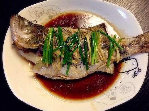 清蒸鱸魚時。千萬別少了這步。否則腥味重。魚肉散爛。點都不好吃 - 每日頭條