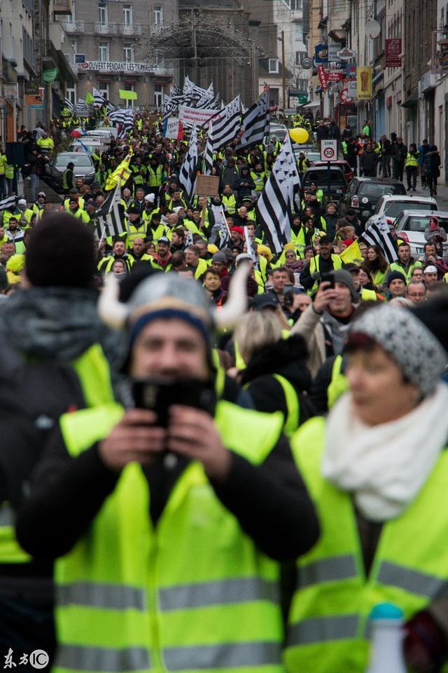巴黎新一輪「黃背心「運動」抗議高稅。政府用高壓水槍衝散人群 - 每日頭條