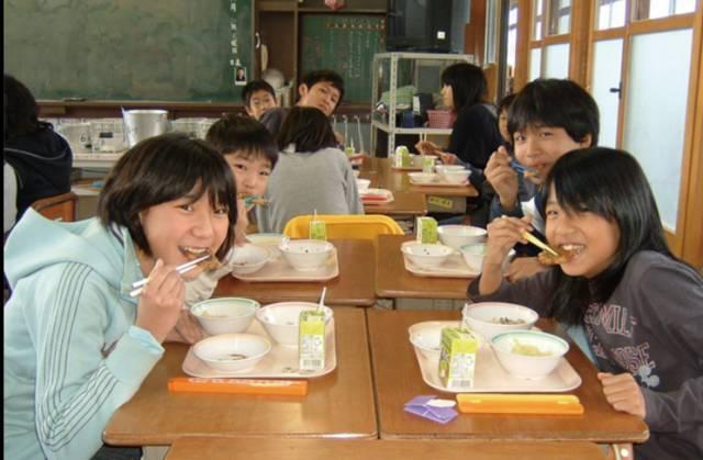 日本學生午餐引發千萬次觀看,中小學生給食制度數十年前寫入法律 - 每日頭條