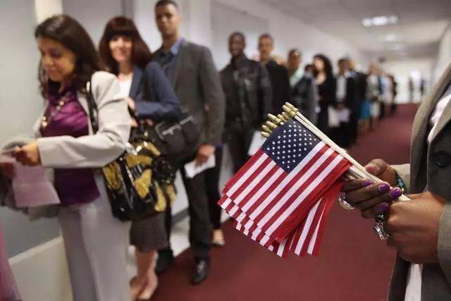 為啥很多人有美國綠卡卻不願入籍。成為美國公民?原因竟然是…… - 每日頭條