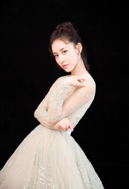 《三國殺·幻》劇組出席上海電影節,賈清攜手鄭伊健亮相紅毯 - 每日頭條