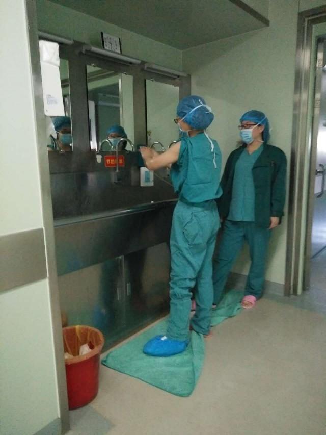 怕病人失望 萊州婦幼醫生腳打石膏為病人手術 - 每日頭條