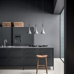 Grey Kitchen Backsplash Apple Valley Cabinets 一篇文章 让你找到喜欢的那种灰色厨房 每日头条 深灰色的厨房 带有轻质瓦片后挡板和白色的柜台看起来前卫而别致