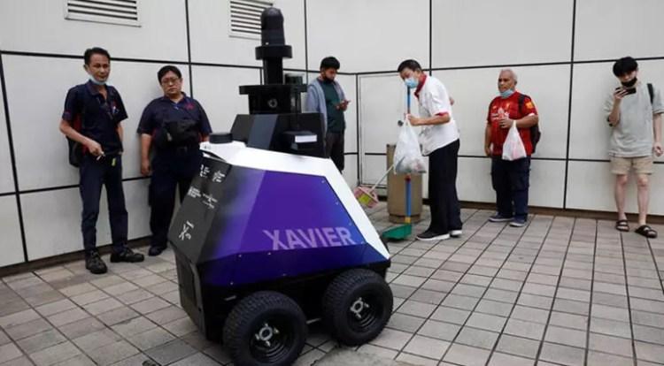 Singapur'un yeni polis gücü sokaklara çıktı Xiavier distopik geleceği göz kırpıyor