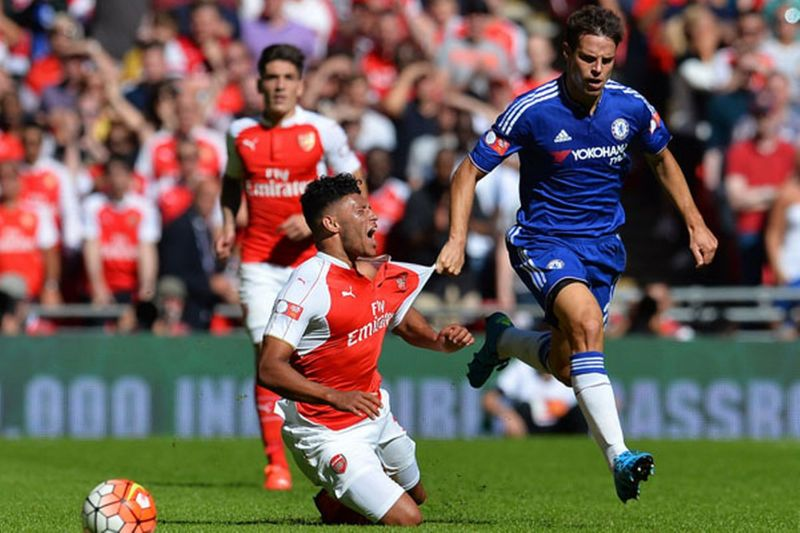 Cesar Azpilicueta pulls back Alex Oxlade-Chamberlain and receives a yellow