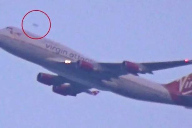 OVNI é filmado em Nova Iorque ultrapassando avião comercial 1