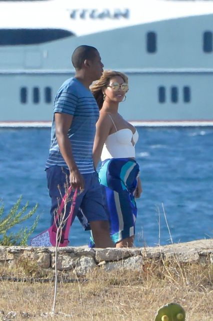 https://i0.wp.com/i2.mirror.co.uk/incoming/article6442762.ece/ALTERNATES/s1227b/PAY-Beyonce-and-Jay-Z-with-their-daughter-Blue-Ivy-in-Sardinia.jpg?resize=426%2C640