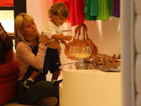 Carolina Dieckmann e o filho caçula, José