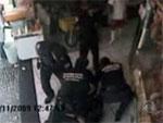 Guardas civis de SP espancam motoboy dentro de açougue