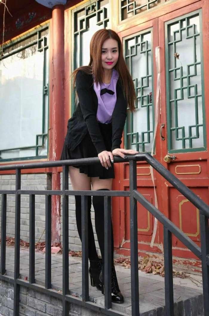 氣質小姐姐職業短裙套裝. 完美的S型曲線. 恬靜的氣質優雅高貴 - 壹讀