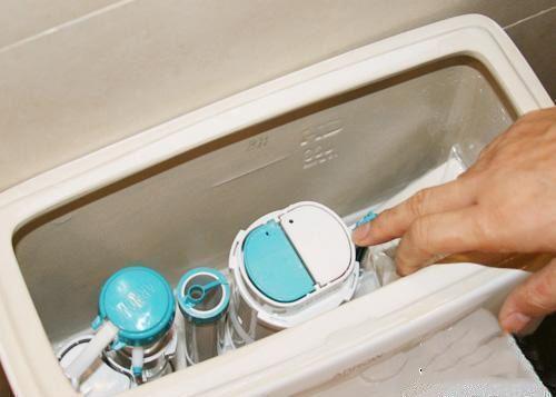 家裡馬桶老是沖水無力沒旋渦?只需一簡單笨方法。馬桶通暢像新的 - 壹讀
