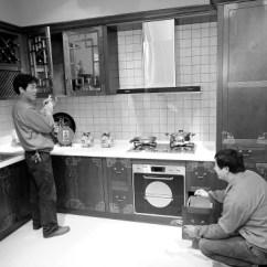 Rolling Kitchen Cabinet Cabinets Unfinished 橱柜刮起中国风 滚动新闻 新浪财经 新浪网 面对金融危机 德清县的许多家私企业纷纷转型 开发出具有浓郁中国味的特色的家私 拓展了在国内家私市场的份额 图为一家橱柜厂针对国内市场开发的中式橱柜