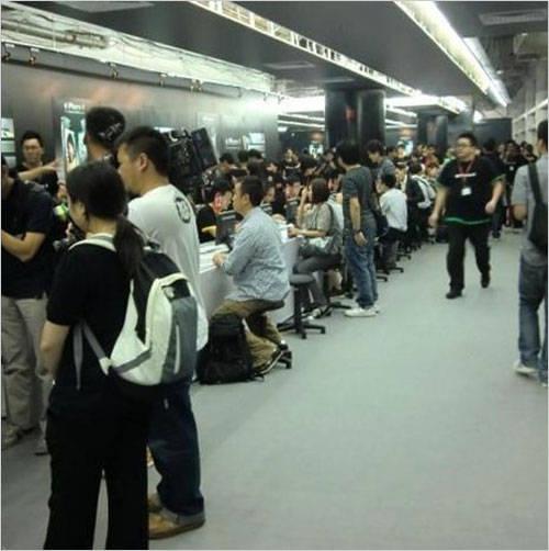 """iPhone4香港上市銷售火爆 """"蘋果迷""""通宵排隊搶購_新聞中心_新浪網"""