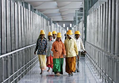 kitchen design bangalore apron for kids 印度班加罗尔路名去英国化民众以讲英语为荣 班加罗尔 新浪新闻 2008年5月21日 工作人员在班加罗尔新建国际机场客运大楼