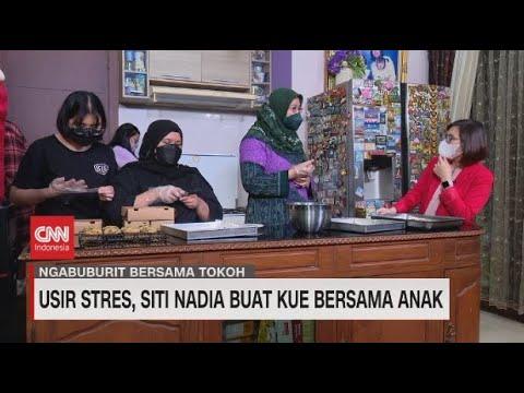 Usir Stres, Siti Nadia Buat Kue Bersama Anak