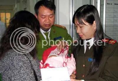 Một cháu bé trong đường dây buôn người được công an quận Hoàn Kiếm trao trả cho người thân. Ảnh: Hà Anh.
