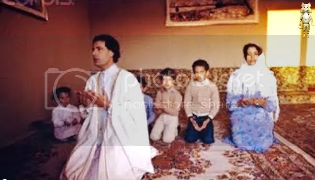 Gadhafi in Family prayer
