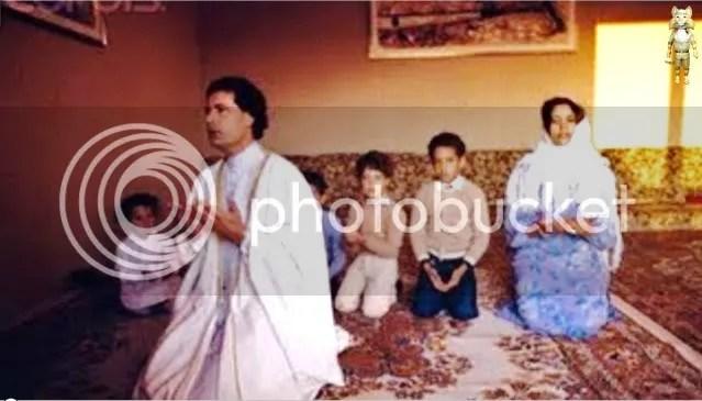 Gadhafi in Family prayer