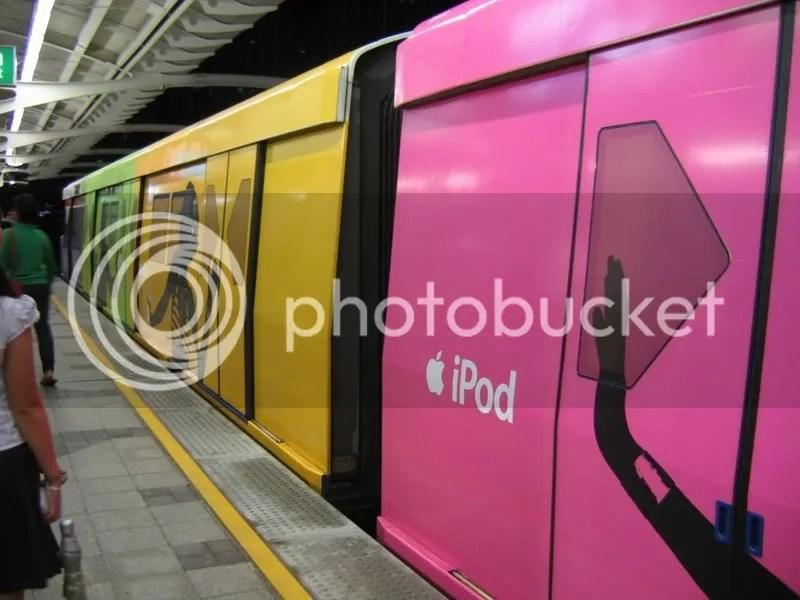 ipod_bangkok_subway.jpg picture by Viviobluerex